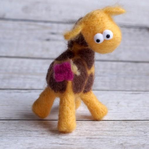 Giraffe mit Minischmetterling